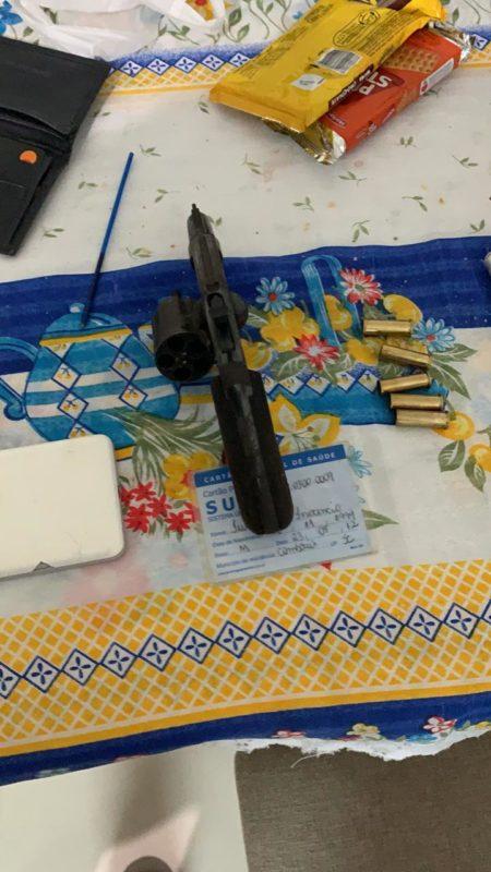 Homem que decepou a mão de jovem esperou os policiais chegarem com a arma sobre a mesa – Foto: PM/Divulgação