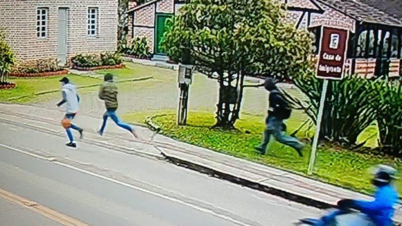 Homens assaltaram um supermercado em Pomerode nesta quarta-feira – Foto: Divulgação/PMSC/ND