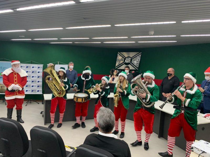 Banda tocou sons natalinos durante a assinatura do convênio nesta quarta-feira (4) em Criciúma – Foto: Divulgação/Decom/ND