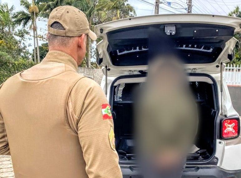 Mulher estava caminhando para casa quando foi encontrada por policiais após esfaquear noivo – Foto: PM/Divulgação