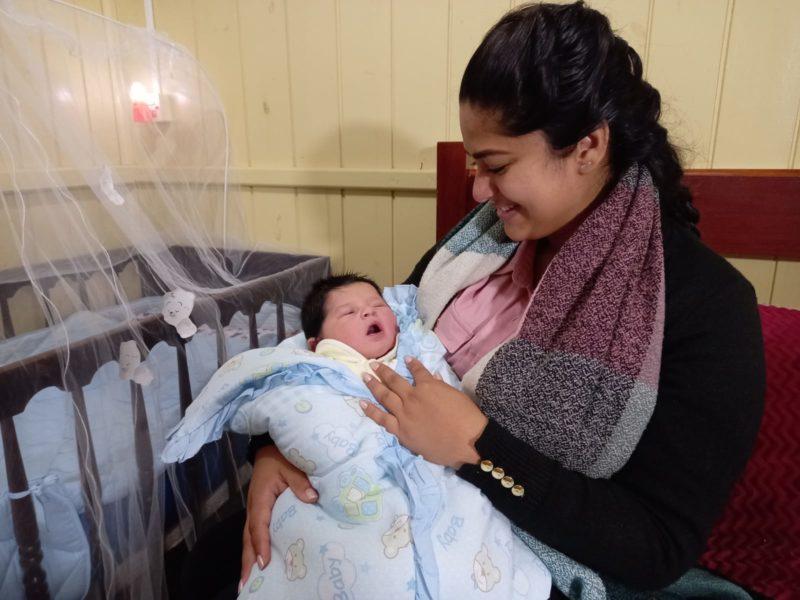 Valentim já está em casa com mãe Carla Puma Santos e toda a família em Braço do Norte, no Sul de SC – Foto: Manu Veiga/NDTV/ND