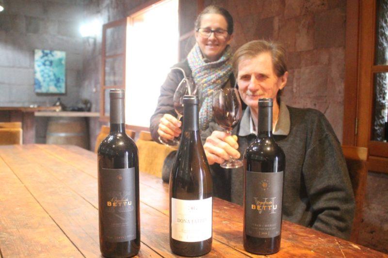 Bettu e Fatima, na sala de degustação da vinícola – Foto: Bettu e Fatima