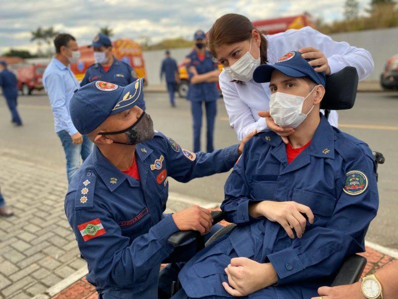 Victor foi homenageado pelos bombeiro do 4º BBM de Criciúma em junho do ano passado – Foto: Manuela Silva/ 4ºBBM/ND
