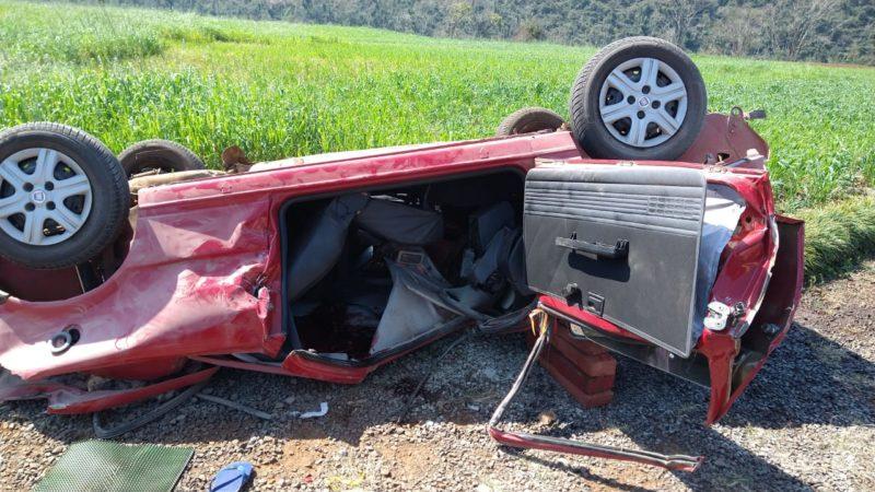 Veículo Fiat/Uno, com placa de Herval D'Oeste, ficou completamente destruído – Foto: Bombeiros/Divulgação/ ND