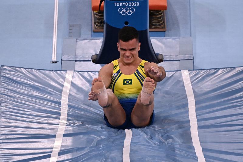 Brasileiro Caio Souza durante exercícios na ginástica artística nos Jogos Olímpicos de Tóquio – Foto: Lionel BONAVENTURE / AFP
