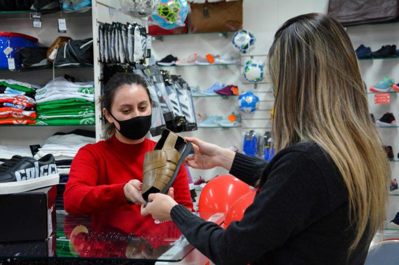 Vestuário e calçados estão entre as preferências dos consumidores na hora de escolher o presente de Dia dos Pais – Foto: CDL Chapecó/ND