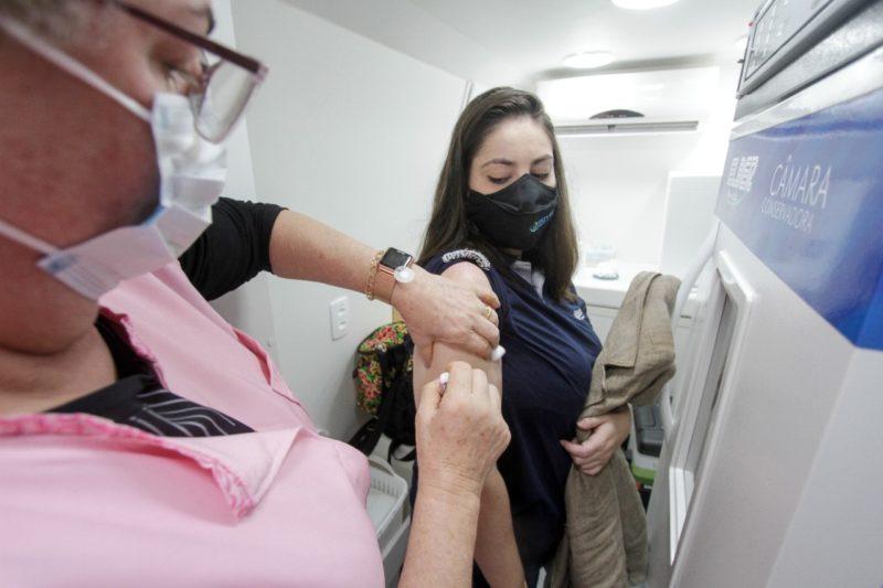 Camila tomou a vacina da Covid-19 e na segunda-feira (30) a da gripe – Foto: Leo Munhoz/ND
