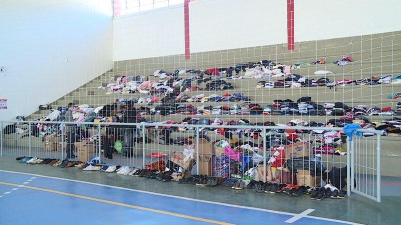 Pontos de arrecadação ficam com arquibancadas cheias de doações – Foto: José Somensi/Reprodução/ND