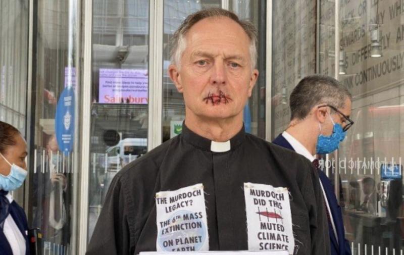 O padre com os lábios costurados: protesto radical – Foto: Reprodução