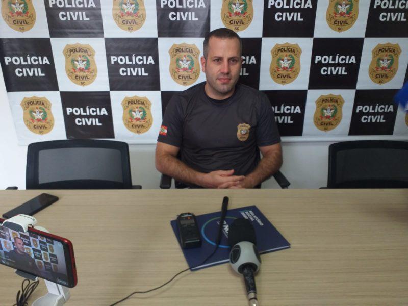 Delegado André Cembranelli falou sobre as investigações em coletiva de imprensa. – Foto: Carlos Correa/NDTV Chapecó