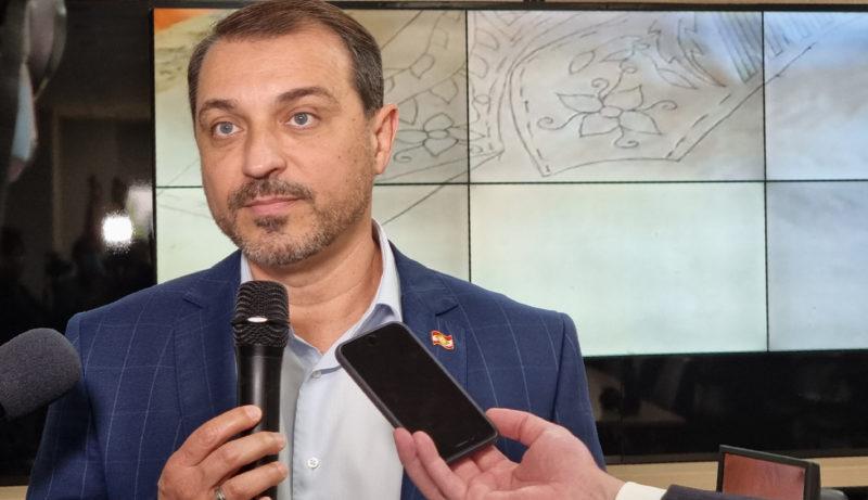 Governador de Santa Catarina, Carlos Moisés, segura um microfone