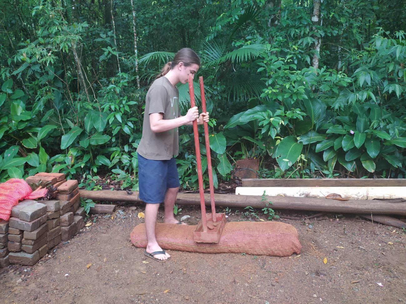 Com o saco completo de barro, o próximo passo é modelar com a ajuda de outra ferramenta - Juliane Guerreiro/ND