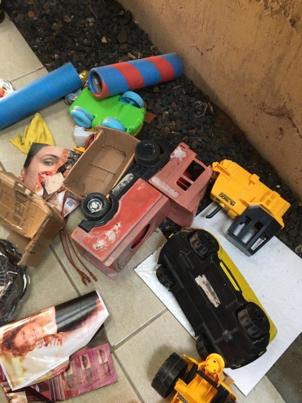 Brinquedos onde a cobra foi encontrada – Foto: CBM SC/Divulgação