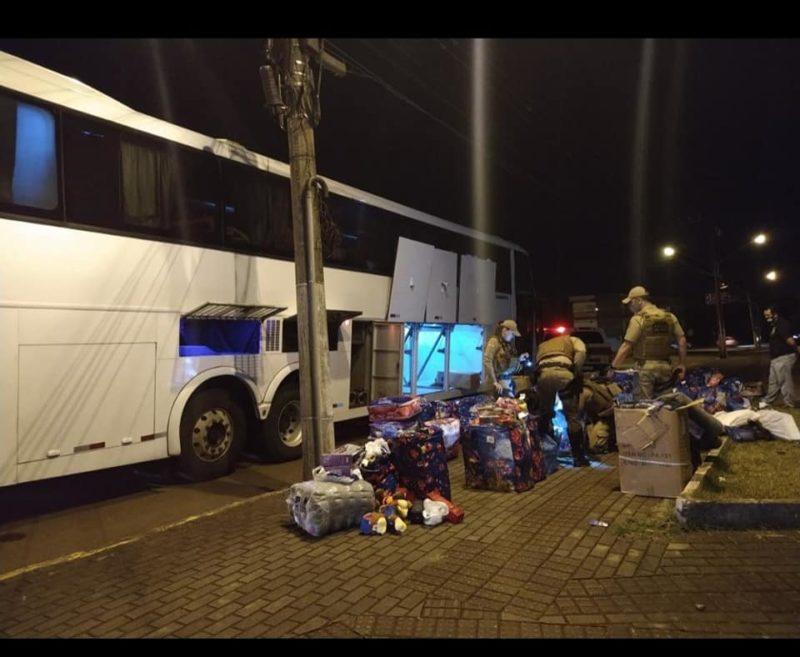 Mercadorias contrabandeadas estavam guardadas na bagagem de dois passageiros do ônibus – Foto: Polícia Militar/ND