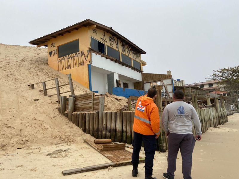 Última residência, das três comprometidas, a ser liberada pela inquilina; demolição, no entanto, não deve acontecer nesta quarta – Foto: Defesa Civil/divulgação