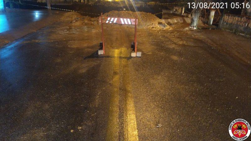 Motorista não respeitou sinalização em frente a ponte caída – Foto: Divulgação/CBM SC/ND