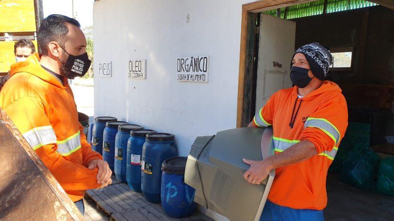 Coletores da Comcap recebem eletroeletrônicos sem uso em ecoponto da Capital – Foto: Divulgação PMF/ND
