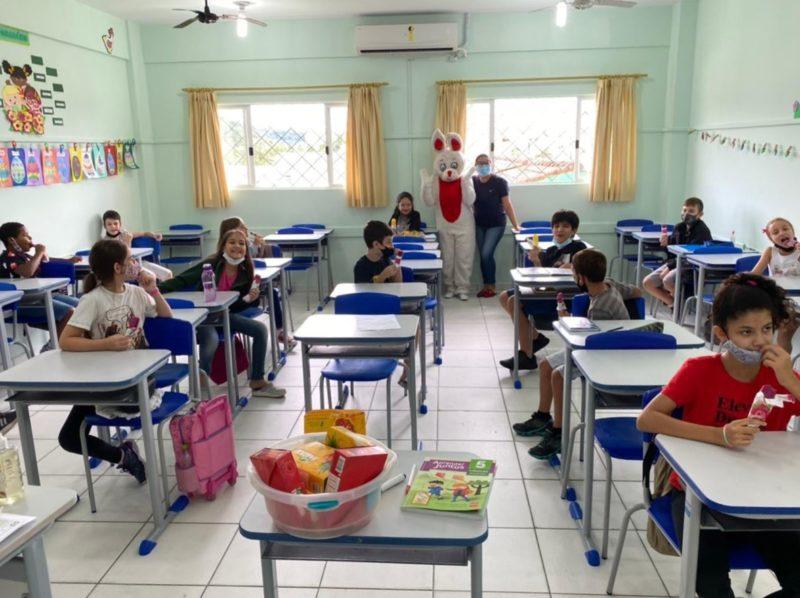 Alunos em registro feito em abril na Escola Municipal Artur Schmann, no Centro de Camboriú – Foto: Reprodução Internet