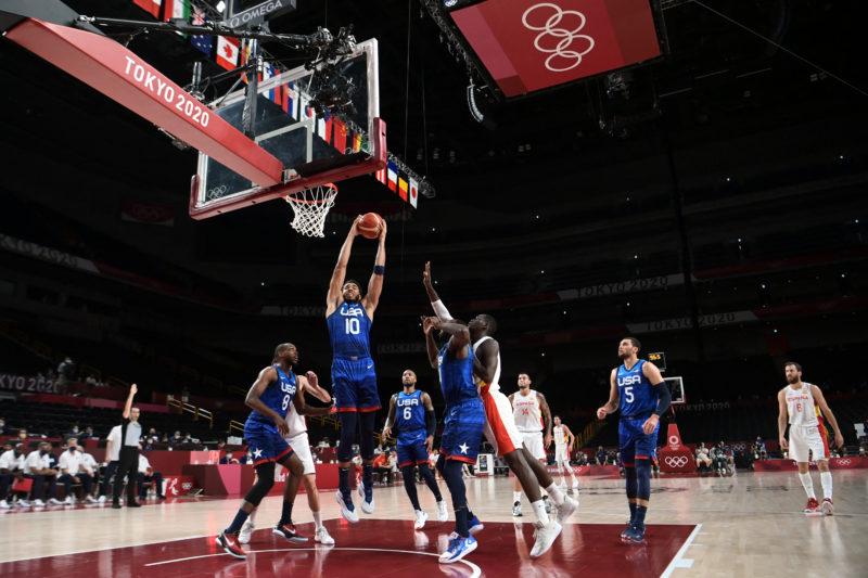 EUA derrotam Espanha e mantêm sonho do tetra no basquete masculino em Tóquio – Foto: Aris MESSINIS / AFP