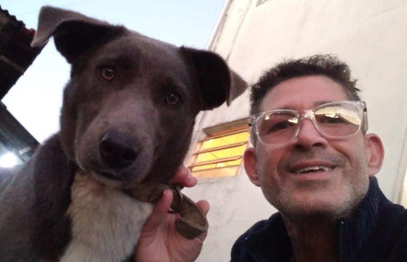 Cláudio e sua companheira fiel, Isabela. A cachorra que vivia nas ruas, hoje, tem um novo lar. – Foto: Cláudio Soares/ arquivo pessoal/ ND