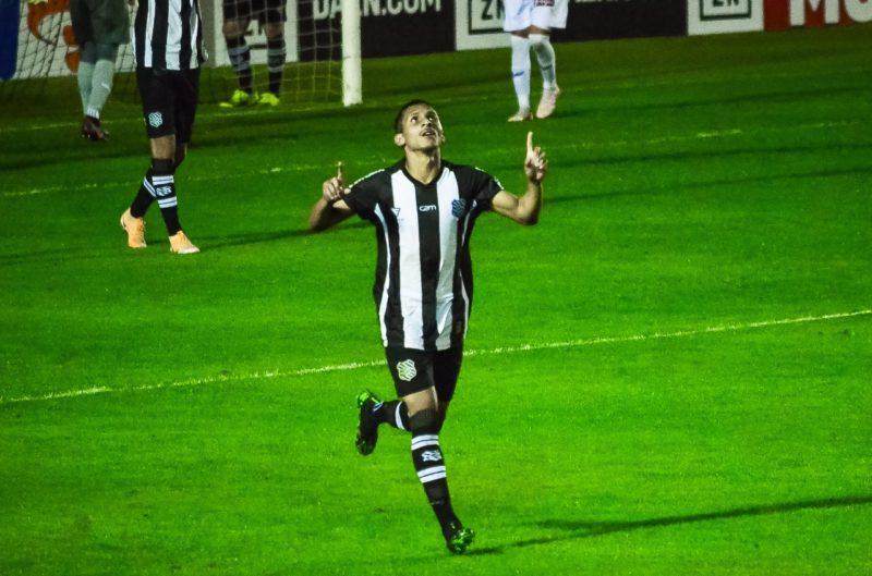 Andrew comemora gol durante partida contra o Paraná Clube – Foto: Foto: R.PIERRE/Estadão Conteudo/ND