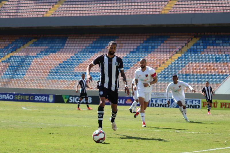 Luis Ricardo com a bola e com a camisa de listra do Figueirense