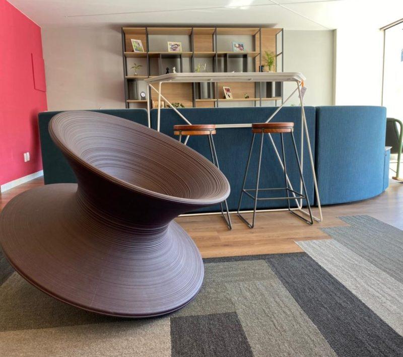 Ambiente com spun, a cadeira mais divertida do mobiliário – Foto: Divulgação Studio Office