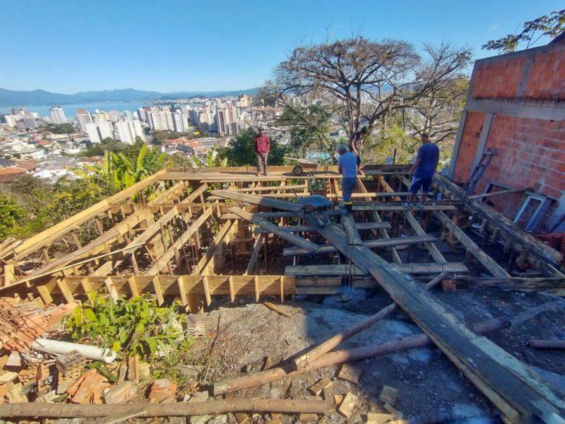 Casas destruídas em incêndio estão sendo reconstruídas na comunidade do Monte Serrat, em Florianópolis – Foto: Eduardo Beltrame/Dazoom Fotografia/Divulgação/ND