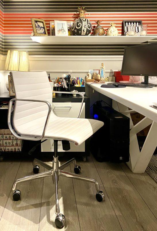 Destaque para a cadeira, uma clássica Charles Eames em couro branco, muito resistente e confortável – Foto: Divulgação Claudia Couto