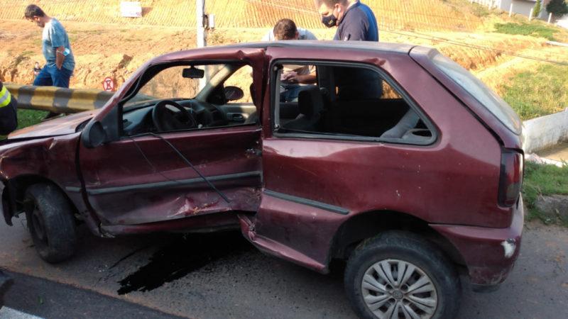 Carro colidiu na Via Expressa, em Blumenau – Foto: Corpo de Bombeiros Militar de Blumenau