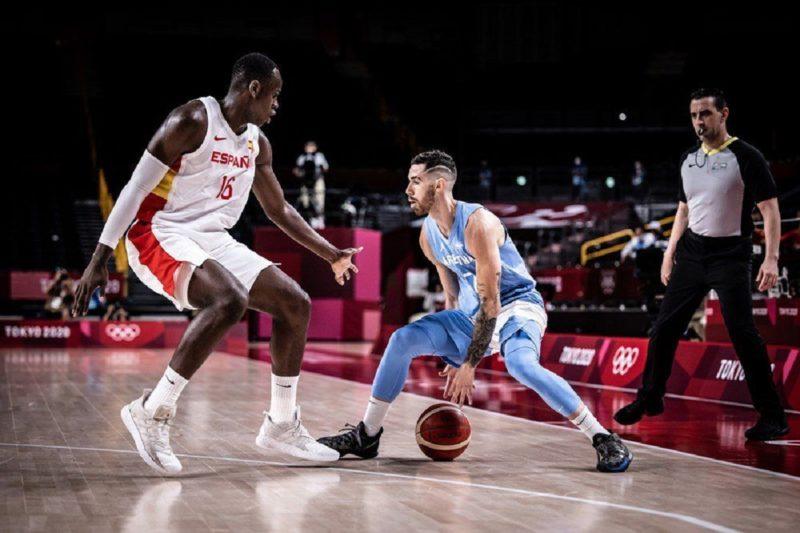 Árbitro Guilherme Locatelli de olho no lance no jogo entre Argentina e Espanha nas Olimpíadas de Tóquio – Foto: FIBA/Divulgação