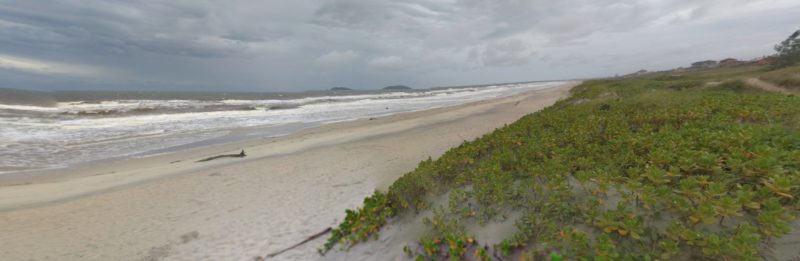 Corpo foi encontrado na faixa de areia da praia do Ervino na manhã deste sábado (21) – Foto: Reprodução/GoogleMaps