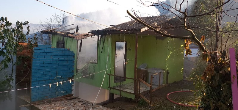 Casa mista foi destruída pelas chamas – Foto: Corpo de Bombeiros/ND