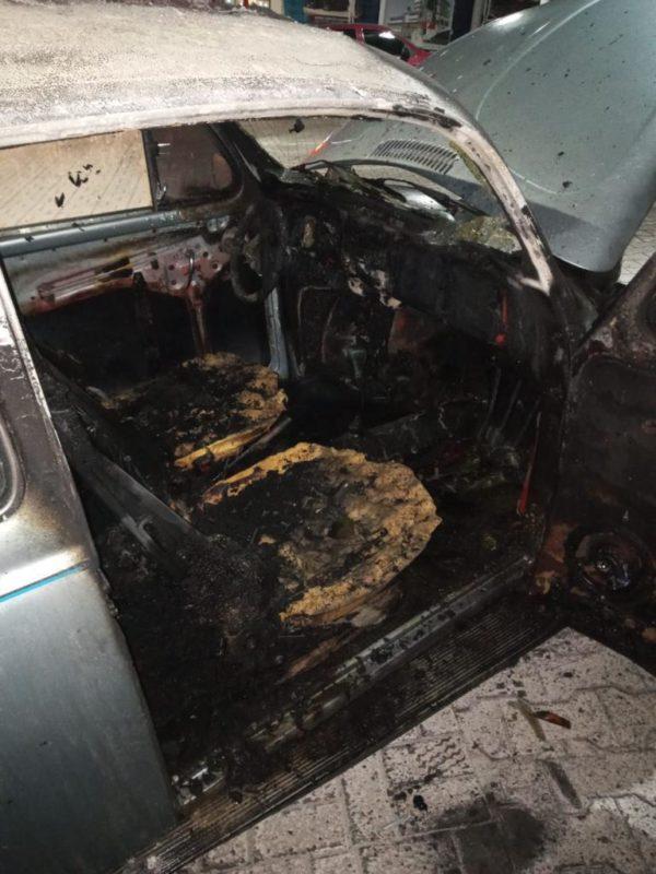 Fusca foi destruído pelas chamas – Foto: Corpo Militar de Bombeiros/ND