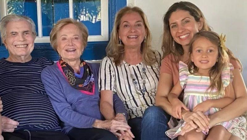 Maria Pugliese (segunda a direita na foto) prestou homenagem ao avô Tarcísio Meira- Foto: Internet/Divulgação/ND