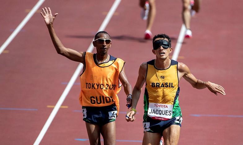 Na noite desta segunda-feira (30), no Estádio Olímpico, ele venceu os 1500 metros (m) da classe T11 – Foto: Ale Cabral/CPB/ND