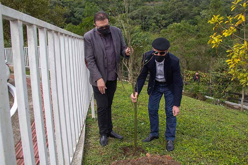 Prefeito Orvino Coelho (E) também participou do plantio de árvores – Foto: PMSJ/Divulgação/ND