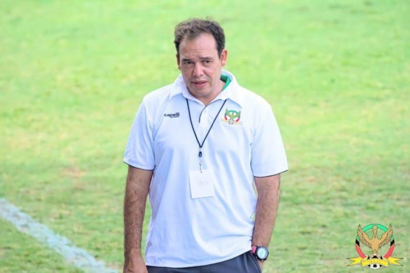 Após conquistar feito inédito por seleção caribenha, Léo Neiva revela desejo de voltar a comandar uma equipe no Brasil – Foto: Divulgação/SKNFA