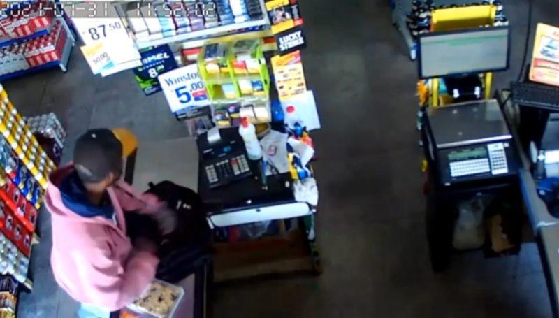 Momento em que o criminoso coloca o dinheiro dentro da mochila. – Foto: Reprodução vídeo/Divulgação N D