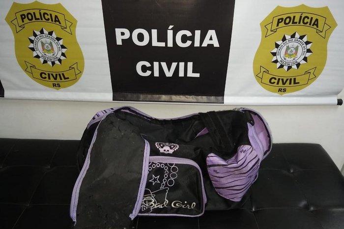Mochila utilizada para levar garoto até o rio foi encontrada na casa de Yasmin Vaz – Foto: Polícia Civil/Divulgação/ND