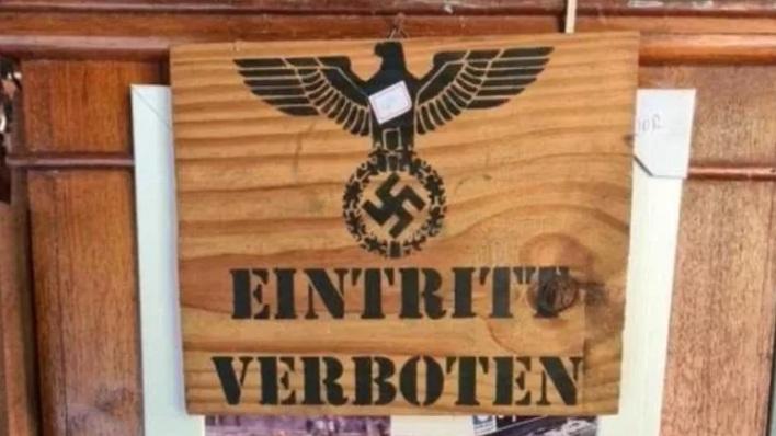 """Peça com suástica nazista e a frase """"Eintritt Verboten"""", que, em tradução livre significa """"entrada proibida"""" – Foto: Reprodução/ND"""