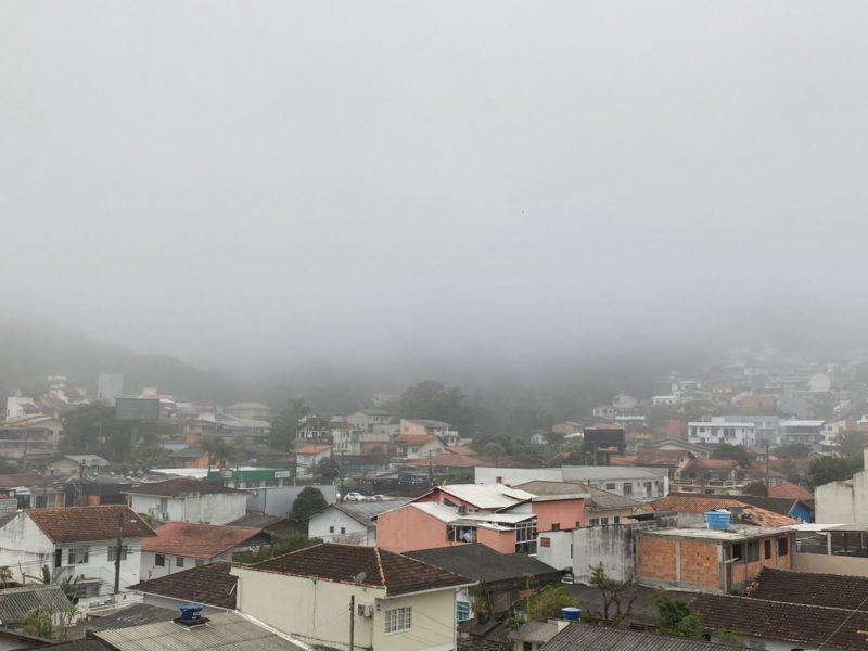 Forte nevoeiro no bairro Itacorubi, na manhã desta sexta-feira (20) – Foto: Maria Fernanda Salinet/ND