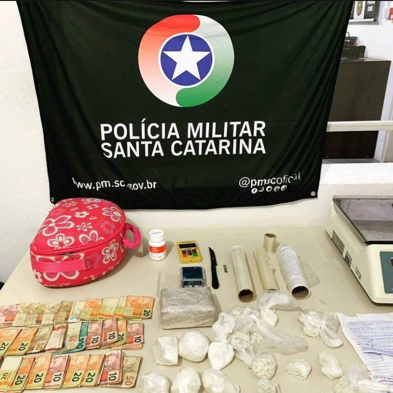 Diversas porções de drogas, balança de precisão e bilhetes de facção criminosa foram encontradas na casa do homem de 35 anos em Tubarão – Foto: Divulgação/PM/ND