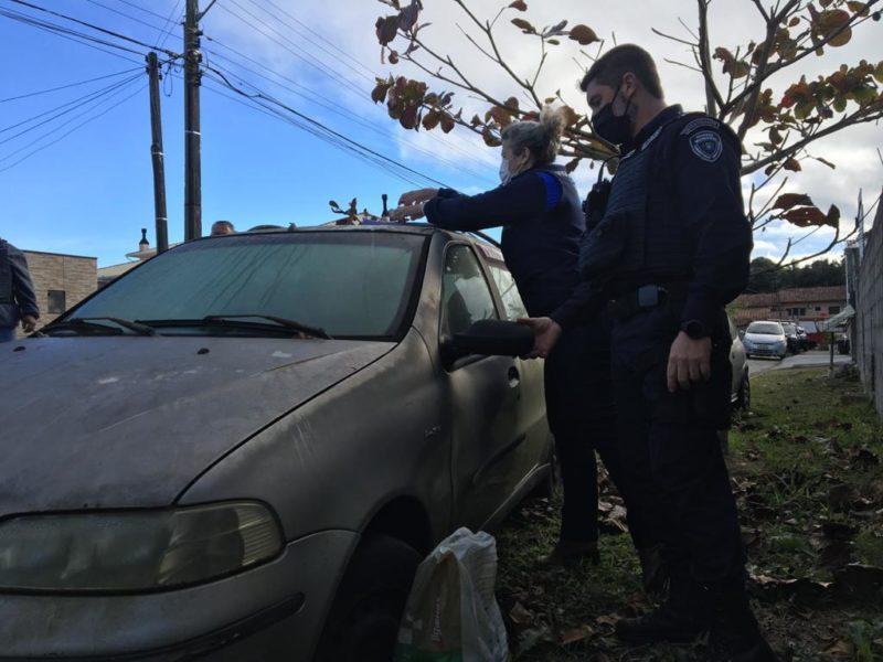 Durante a operação, Vigilância notifica os proprietários sobre o recolhimento dos carros- Foto: PMF/Divulgação/ND