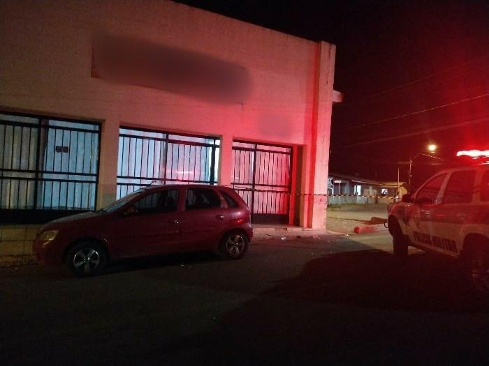 Por volta das 22h15 um homem foi morto a tiros em frente a um bar. – Foto: Polícia Militar/Divulgação/ND