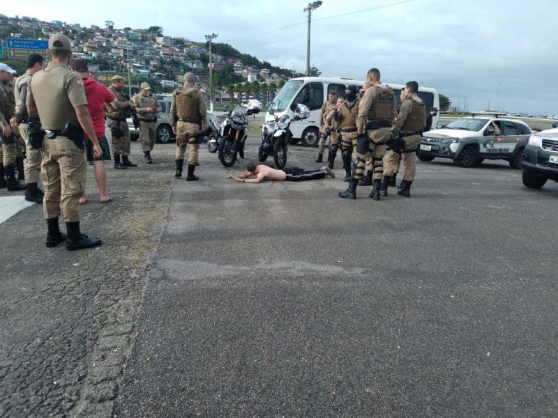 Homem preso ao jogar objeto em motociclistas na motociata – Foto: Alexandre Mendonça/NDTV