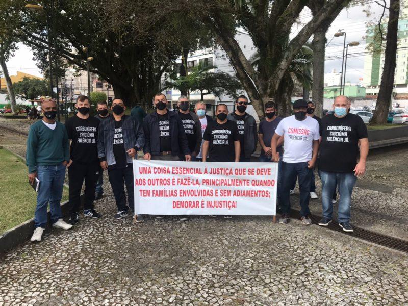 Ex-trabalhadores da Carbonífera Criciúma fizeram ato no último sábado (14) em Criciúma, no Sul de SC – Foto: Karol Carvalho/NDTV