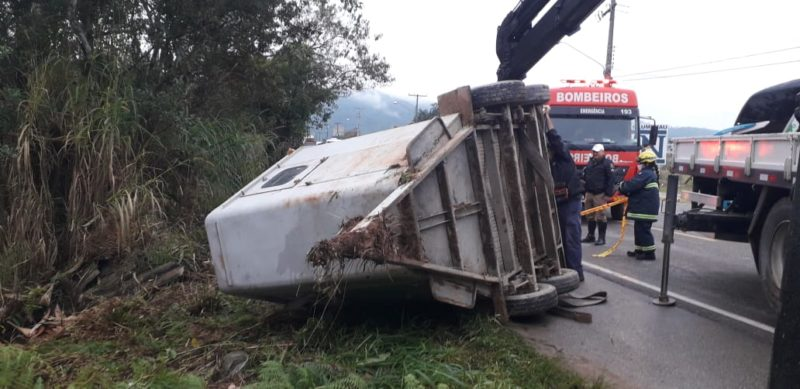 Carretinha capota e égua fica ferida em acidente de trânsito em Gaspar – Foto: Divulgação/Corpo de Bombeiros de Gaspar