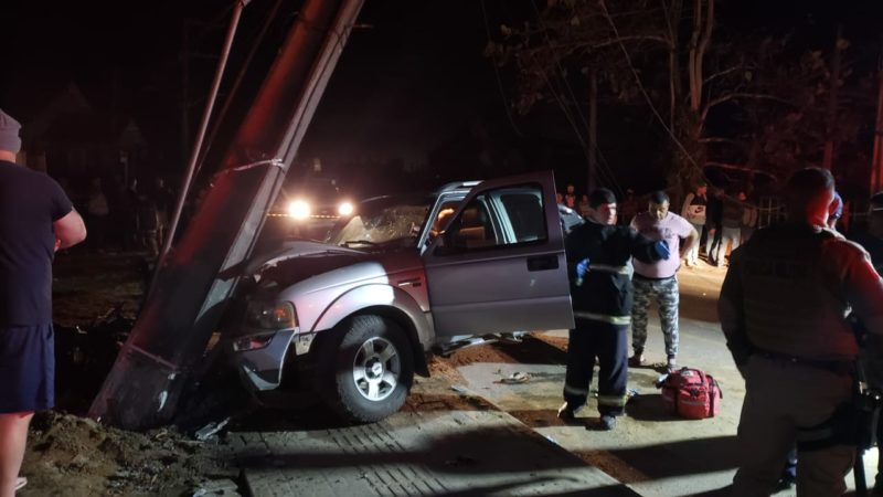 Após atingir e matar o motociclista Willian Modesto, o motorista bateu contra um poste de luz. – Foto: Bombeiros Militares/Divulgação ND