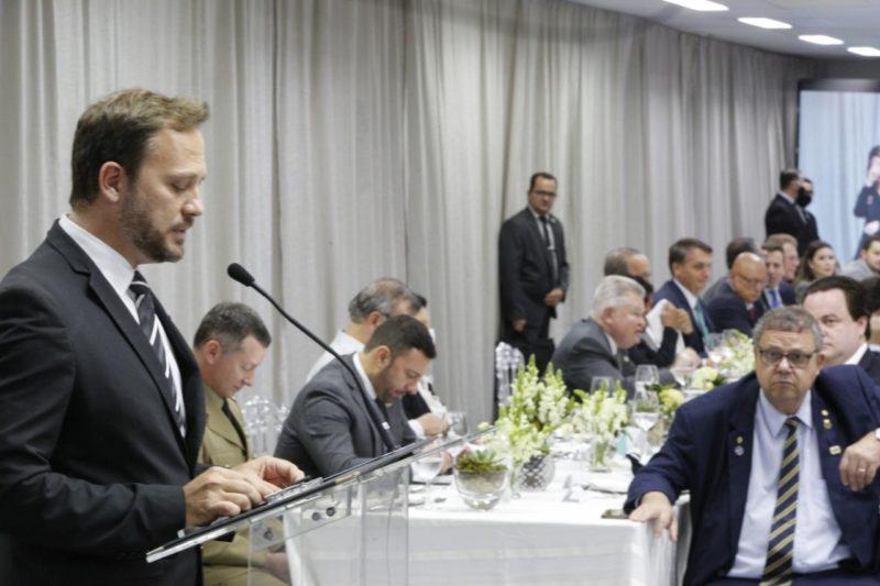 Prefeito de Joinville, Adriano Silva, durante discurso no Perini – Foto: Rogério da Silva / Prefeitura de Joinville